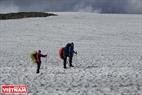 Vượt qua những rặng núi cao đầy tuyết phủ trong mùa hè là trải nghiệm đầy thú vị.