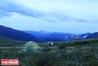 Hạ trại bên sườn núi để nghỉ ngơi và chuẩn bị cho chuyến hành trình ngày hôm sau.