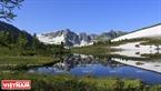 Rặng núi tuyết phủ soi bóng xuống mặt hồ nước trong xanh.