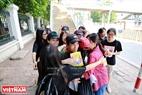 Một chàng trai đi người chiều với đoàn tình nguyện viên đã không thoát khỏi những vòng tay ôm chặt của các bạn trẻ.