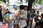 Ai cũng bất ngờ và vui vẻ khi nhận được những cái ôm từ các bạn tình nguyện viên.