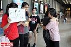Một cô lao công trong khu mua sắm của tòa nhà IPH dừng nhát chổi để nhận những cái ôm của các bạn trẻ.