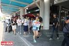 Các bạn trẻ đi theo nhóm khoảng 10 người đi khắp các tuyến phố gần Xuân Thủy, Cầu Giấy với tấm biển Free Hug trên tay.