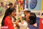 Những em nhỏ cũng nhận được những cái ôm tình cảm từ các bạn tình nguyện viên.