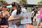 Những cái ôm thật chặt giữa chiều hè Hà Nội.