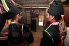 Người Khơ Mú đánh những tiếng cồng chiêng đầu tiên trong căn nhà mới.