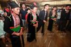 Người Khơ Mú múa điệu dũ ống ( tăng bu ) trong ngày làm Lễ mừng nhà mới.