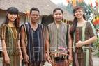 Người Mạ trong trang phục truyền thống thổ cẩm với những họa tiết tinh sảo đòi hỏi người dệt giầu kinh nghiệm.
