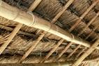 Vật liệu dựng nhà người Khơ Mú đa số là tự nhiên gồm : gỗ, tre, nứa, mây và cỏ gianh.