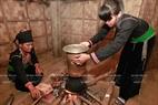 Trong ngôi nhà truyền thống người Khơ Mú thường có hai bếp lửa, tất cả đồ cúng được nấu tại bếp trong cùng dành riêng cho việc lễ.