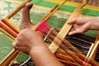 Để tạo hoa văn nhiều màu sắc người Mạ dùng thoi lồng sợi đã nhuộm màu sẵn để dệt trực tiếp trên khung dệt.
