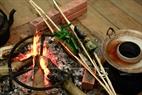 Bếp lửa dùng trong lễ nghi của người Khơ mú được dựng chính xác như trong thực tế sinh hoạt của bà con tại Mường Ảnh, Điện Biên.