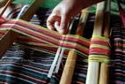 Để tạo độ khít, chặt hơn trong từng lóng dệt họ dùng hai chiếc nan mỏng bằng tre ép từng sợi chặt khi dệt.