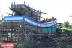 Một chiếc tầu đang trong giai đoạn hoàn thiện tại xã Bình Thắng.