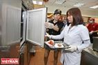 Une délégation de contrôle de l'Office de sécurité alimentaire de Hanoi prend des échantillons d'aliments du fast-food KFC à l'arrondissement de Hà Dông (Hanoi).