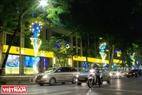 Những chiếc đèn Led trang trí sáng rực trên phố Ngô Quyền, Hà Nội. Ảnh: Trần Hiếu