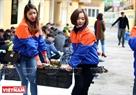 Việc chuyển bánh Chưng đi làm từ thiện cũng được làm theo một cách gối đầu, xếp đủ một, hai xe là cho vận chuyển đến những điểm làm từ thiện. Ảnh: Công Đạt
