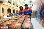 Đủ số lượng bánh Chưng là các bạn sinh viên cùng các thầy cô chuyển lên xe chở đến những điểm làm từ thiện. Ảnh: Công Đạt
