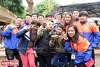 Khoảnh khắc các em nhỏ vui chơi cùng sinh viên Đại học Đại Nam. Ảnh: Công Đạt