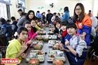 Bữa trưa của các em nhỏ vui hơn khi có những tấm bánh Chưng xanh. Ảnh: Công Đạt