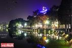 Khu vực Hồ Hoàn Kiếm  được trang trí tạo nên khung cảnh ấn tượng. Ảnh: Trần Hiếu