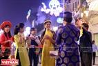Những tuyến phố lộng lẫy là nơi thu hút đông đảo người dân đến chụp ảnh kỷ niệm. Ảnh : Việt Cường