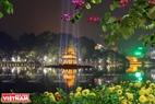 Tháp Rùa được thắp sáng bởi ánh đèn rực rỡ. Ảnh: Trần Hiếu
