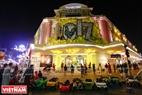 Nhiều trung tâm thương mại lớn cũng được trang hoàng những  đèn trùm rực rỡ cùng biểu tượng chú gà của năm Đinh Dậu. Ảnh : Trần Hiếu