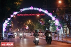 Cổng chào bằng đèn Led trên phố Điện Biên Phủ sáng rực tạo nên hình ảnh khác biệt. Ảnh: Trần Hiếu.