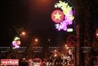 Những biểu tượng mừng Đất nước, mừng Xuân, mừng Đảng lung linh dọc trên đường phố Hà Nội.  Ảnh: Việt Cường