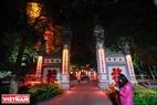 Khu vực đền Ngọc Sơn được trang trí tạo nên cảnh tượng khác hẳn ngày thường. Ảnh: Trần Hiếu