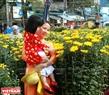 Mẹ và bé du xuân chợ hoa ngày cuối năm.