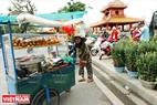 Ngày cuối năm cụ già vẫn cần mẫn với chiếc xe bán bánh mì phục vụ khách du xuân sắm Tết.