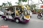 Chuyến xe điện đưa du khách tham quan chợ hoa ngày Tết.