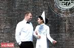 Nàng dâu Huế và chàng rể người nước ngoài hạnh phúc chụp ảnh cưới bên thành nội ngày áp Tết.