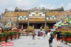 Du khách nước ngoài thăm Hoàng Thành Huế ngày 30 Tết.