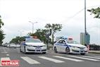 Les voitures des policiers de route conduit le convoi militaire. Photo: Thanh Hoa