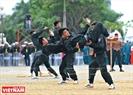 Les policiers d'intervention tactique font des démonstrations de techniques de combat à proximité. Photo: Thanh Hoa
