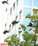 Les membres de l'Equipe tactique font une descente en rappel pour pouvoir viser les terroristes à  toutes directions. Photo: Thanh Hoa