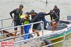 Les commandos des forces navales arrêtent les deux terroristes à bord d'un bateau touristique sur la rivière Han et les conduisent à la terre. Photo: Thanh Hoa