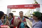 国際ホーチミン市-Techcombankのマラソンコンテストの記念メダルを授与される運動選手たち。