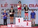 賞品を授与される女性の運動選手たち。