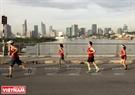 Les marathoniens passent le pont Thu Thiêm