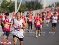 2017年のホーチミン市のマラソンコンテストに参加する44カ国の運動選手