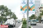 Miles pantarcas y vallas publicitarias de la Cumbre del APEC 2017 son colgadas en las calles de Da Nang. Foto: Thanh Hoa