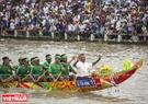 村里最权威的人可坐在独木舟头部。