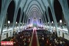 Thánh đường nhà thờ Phủ Cam với sức chứa 2.500 người gần như hết chỗ trong đêm thánh lễ Noel. Ảnh: Thanh Hòa