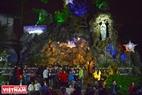 Người dân xứ Huế vui đón Noel và chụp hình bên hang đá Giáng sinh. Ảnh: Thanh Hòa