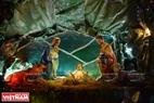 Giáo dân xứ Huế thường dành nhiều công sức cho việc trang hoàng hang đá Giáng sinh để tỏ lòng kính Chúa cũng như đem lại vẻ đẹp ấm áp cho đêm Noel. Ảnh: Thanh Hòa