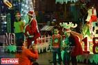 Đêm Noel cũng là dịp để người dân xứ Huế vui chơi tận hưởng không khí Giáng sinh an lành và hạnh phúc. Ảnh: Thanh Hòa